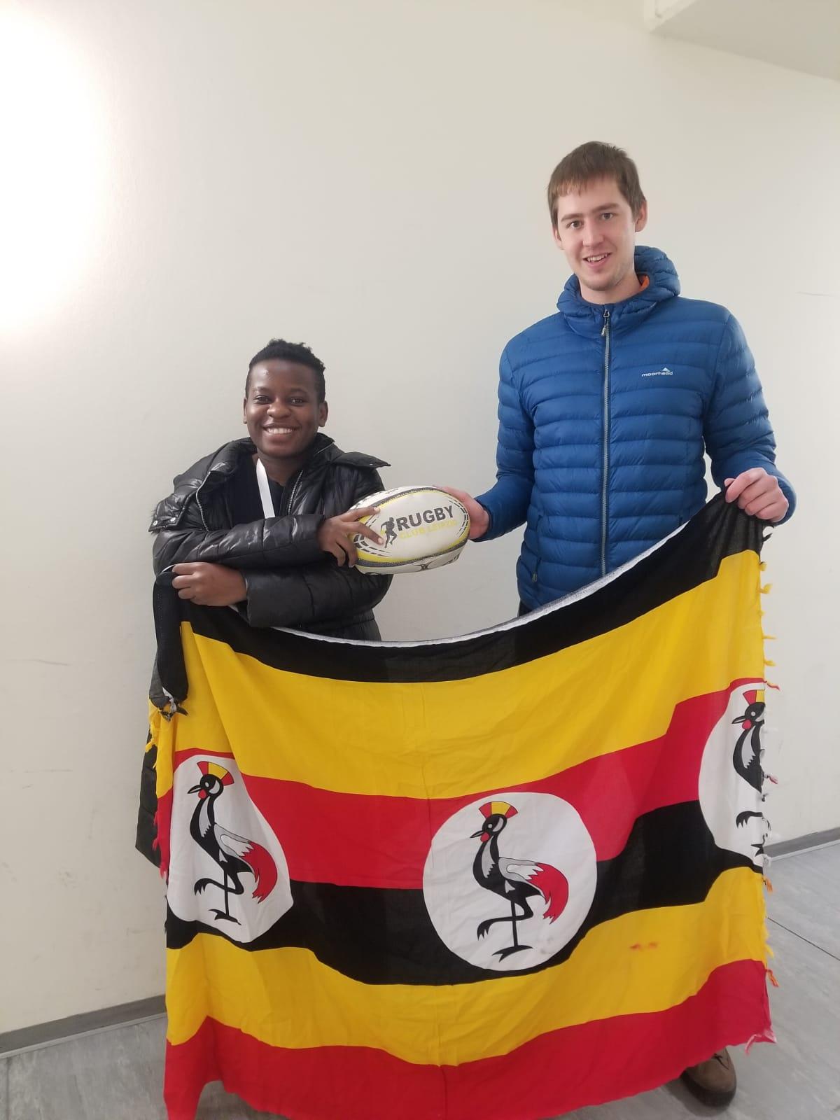 Desire freute sich über die Spende des RCL, die von Nachwuchschefcoach Lars Wochatz überreicht wurde. Foto: RCL